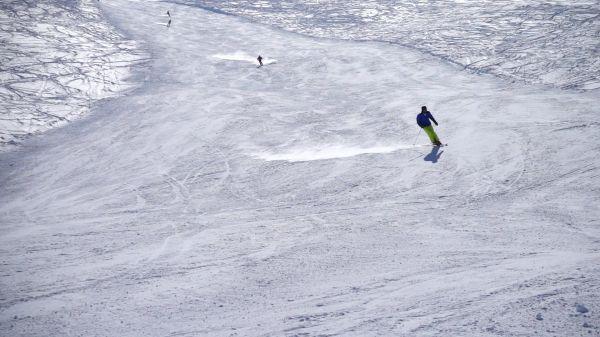 Skiers  ski run  skiing video