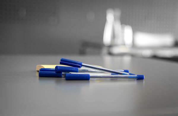 Pens and postits photo