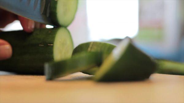 Cucumber  cutting  slices video