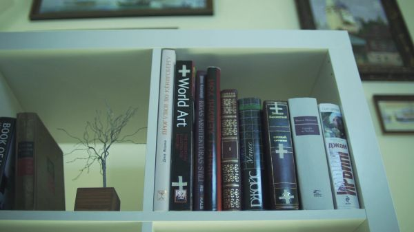 Book  shelf  inserting video