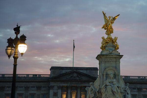 Buckingham Palace statue photo