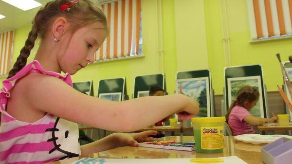 Girl  draws  paint video